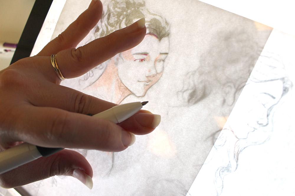 Encrage coloré réalisé au stylo bille sur la table lumineuse LB4