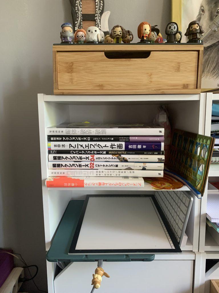 Atelier de karine : étagère de livres et du matériel de dessin