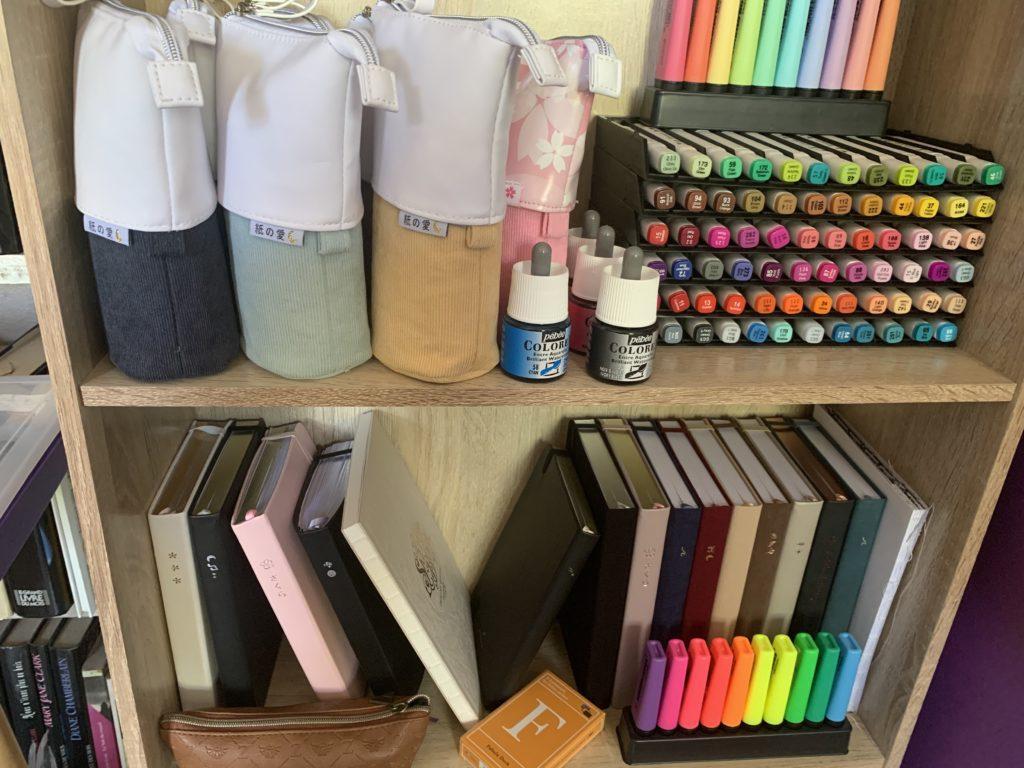 Atelier de Karine : zoom sur les étagères, feutres, carnets, encres