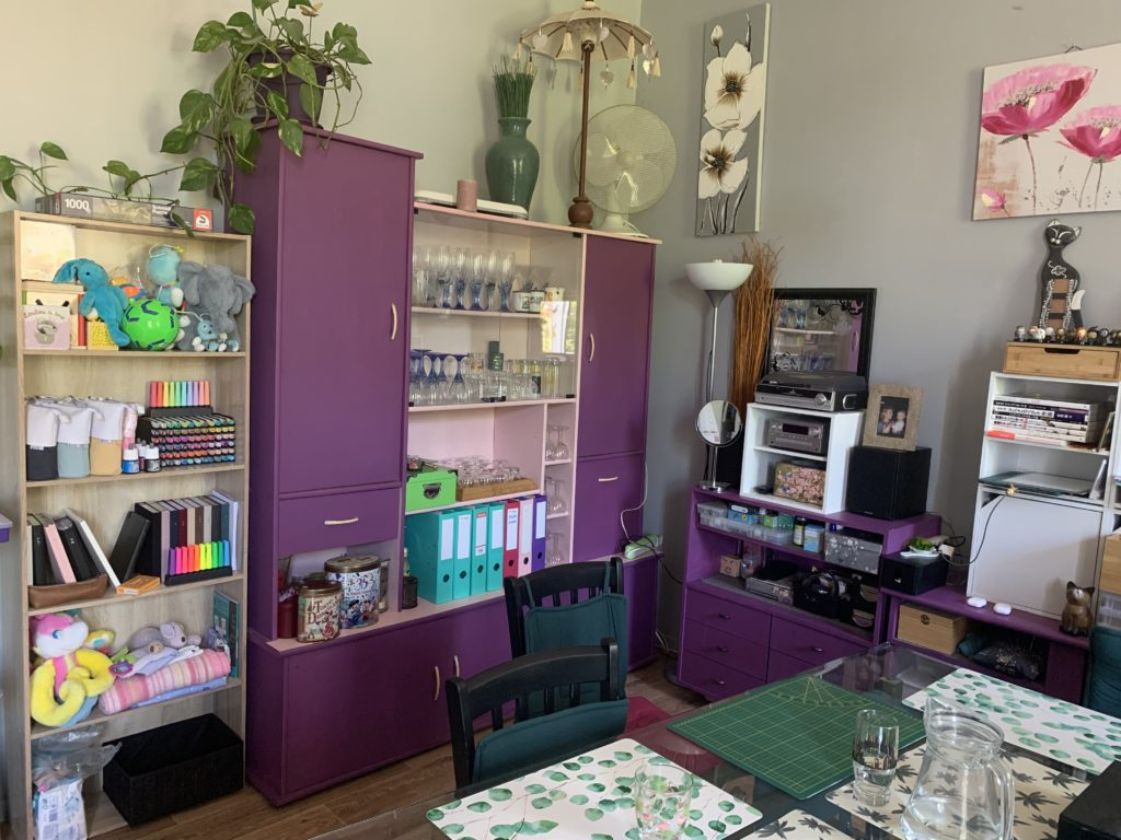 Atelier de karine : salon familial, vue d'ensemble