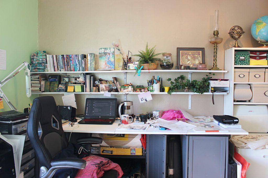Le bureau d'Astate : un grand plan de travail pour travailler, dessiner et coudre