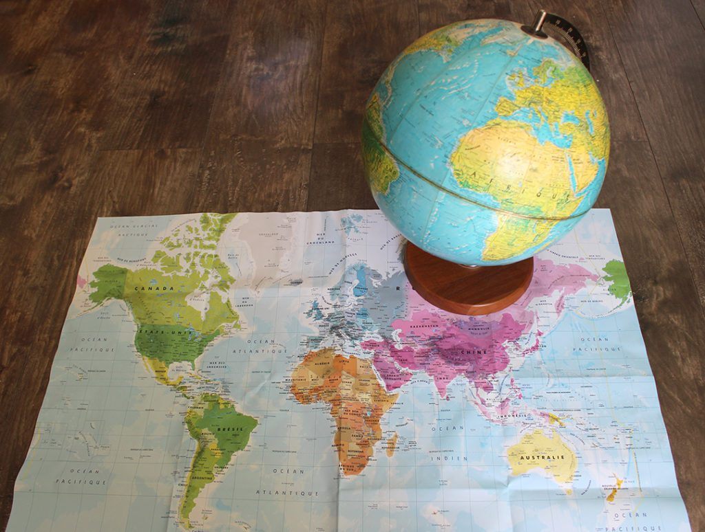 Comparer une perspective panoramique et une image à 360° à une carte et un planisphère